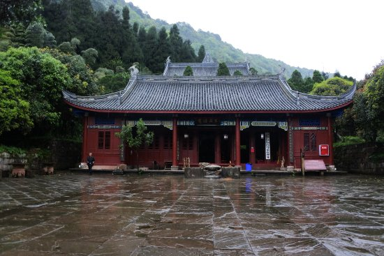 Ya'an, Cina: Forested mountain temple