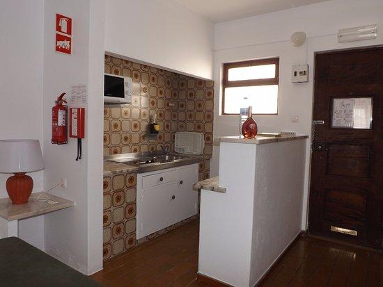 Sollagos Apartamentos Turisticos: Basic keuken/ pantry met tweepits elektrisch kookstel, koelkast, magnetron en waterkoker