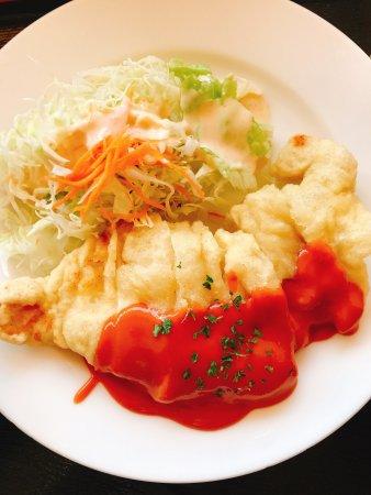 Kami, Japonya: チキン南蛮500円。 ワンコイン前払い制。レジで支払い、セルフサービス。