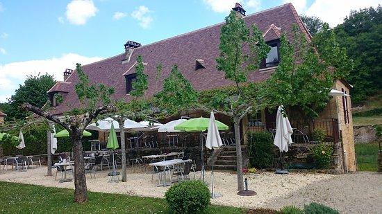 Paunat, France: La terrasse extérieure et le bâtiment du restaurant à l'architecture typique du Périgord Noir
