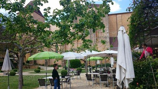 La terrasse avec en toile de fond la magnifique abbatiale de Paunat