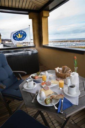 Simrishamn, Suède : Breakfast at the balcony In Prins Eugen suite room
