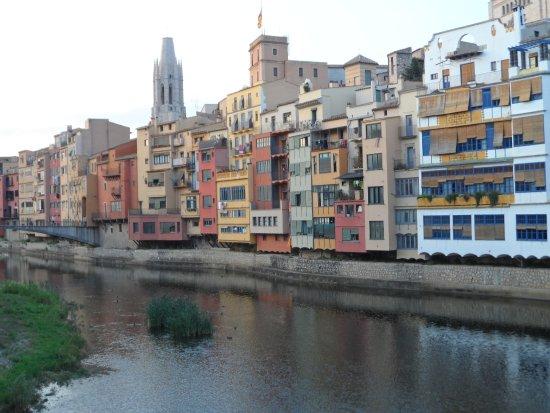 Hotel Margarit: Las casas sobre el río Onyar. Atrás, Sant Feliù.