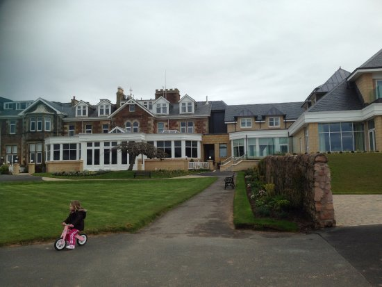 West Kilbride, UK: Rear of hotel & gardens leading on to the beach