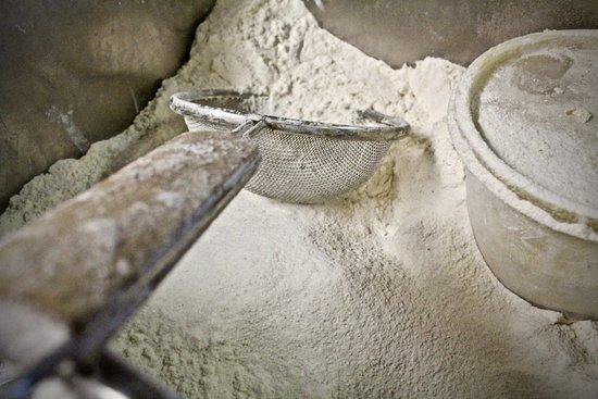 Rockwood, Canada: Dusting Flour