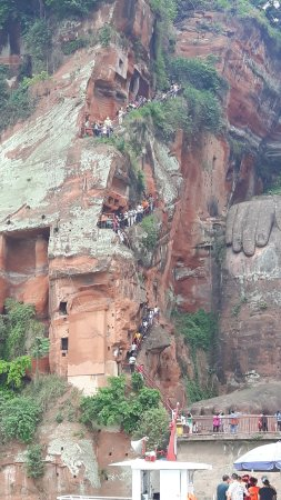 Leshan, Çin: People visiting the Buddha