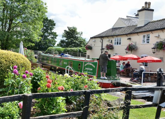 Middlewich, UK: Great canal side family and dog friendly Pubs. Pint of the local ale and a Pinot Grigio please!