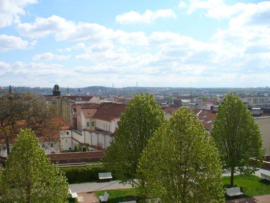 Brno, Tschechien: Виды города с прилегающей к собору территории