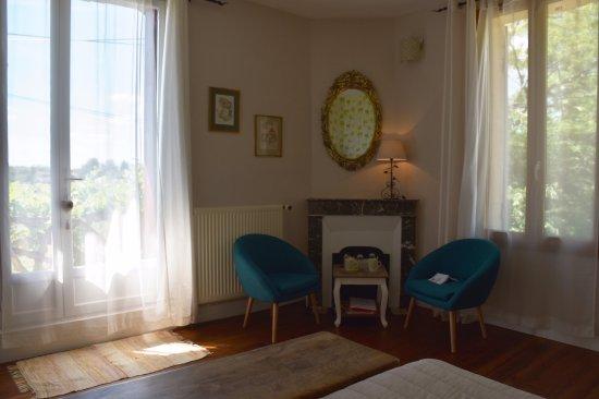 Domaine de Bellevue Cottage - chambre d'hôtes bnb, cabane dans les arbres, gite à Bergerac: Espace salon chambre double Les Vignes