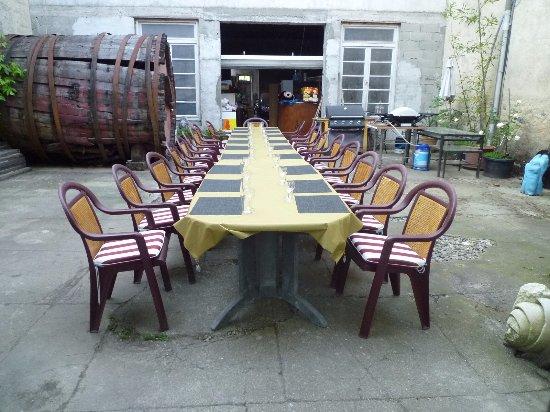 Caudies de Fenouilledes, Francia: une belle table d'hôtes en cour intérieure