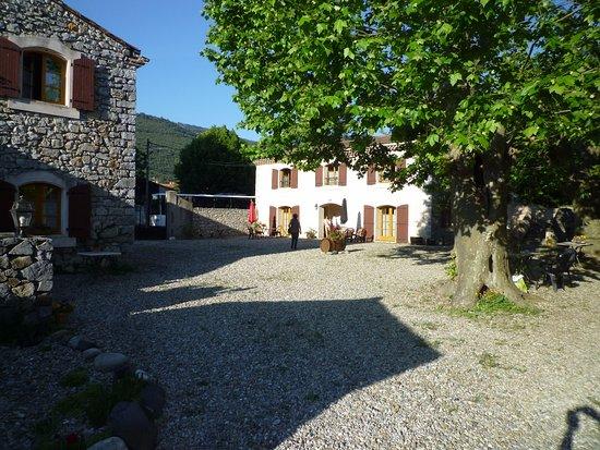 Caudies de Fenouilledes, Francia: la cour en galets entre les bâtiments idéale pour le breakfast