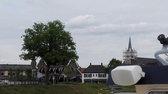 Ommen, Países Bajos: The restaurant (with black and white shades) seen from the river