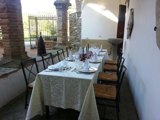 Frontino, Italien: D'estate si può anche mangiare all'aperto o nel chiostro
