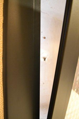 Hotel Call: Massima apertura della finestra sopra i letti e distanza del muro