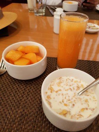 MoMo Cafe: Fresh carrot, tomato and orange juice. Sweet musk melon. Whole wheat flakes with milk