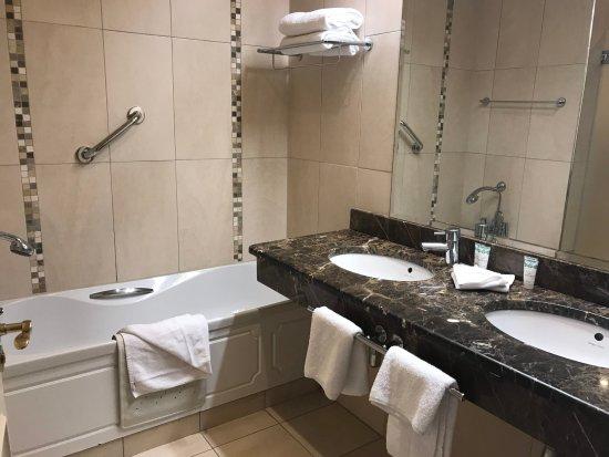 The Ardilaun Hotel: Modern bathroom