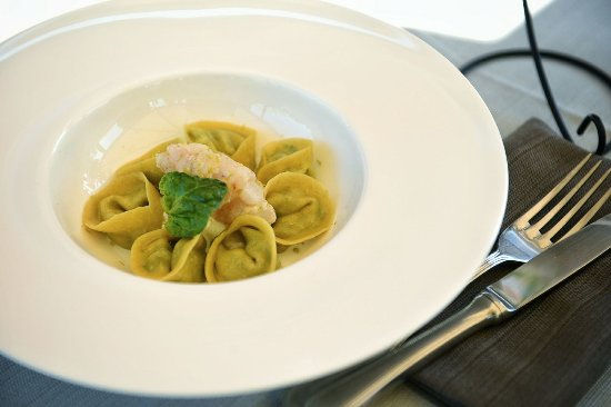 Petrignano, Italia: Tortelli fatti in casa con ripieno di ricotta sarda, burrata, bieta, spinacino e scarola, servit