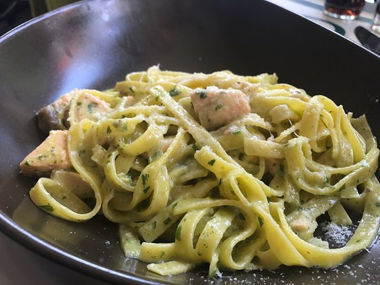 Suelto Bistro: 走出酒店後見到呢間店都有幾多人幫襯,就坐低食個lunch,估唔到啲食物出品都幾好食,服務都算唔錯!