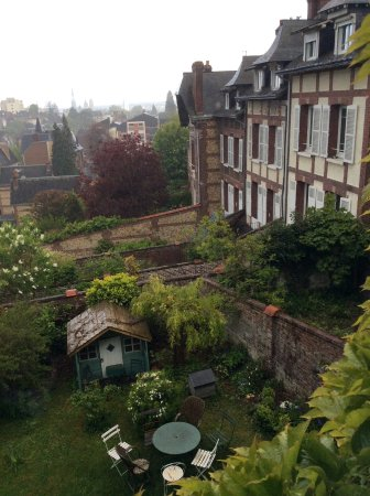 Chambres Avec Vue: The garden and nearby houses