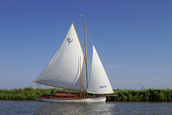 Upton, UK: Lutra - full sail on the river