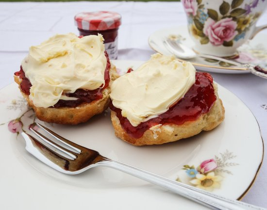 La Ferte Mace, Frankrike: Scones second to none! Served with strawberry jam and cream.