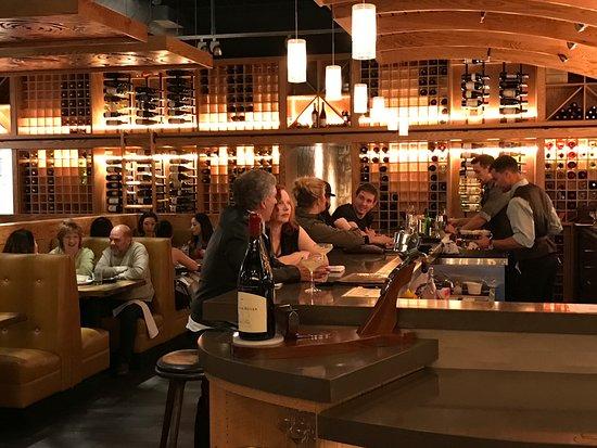 Pleasanton, Kaliforniya: active bar with amazing craft cocktails and an award winning wine list