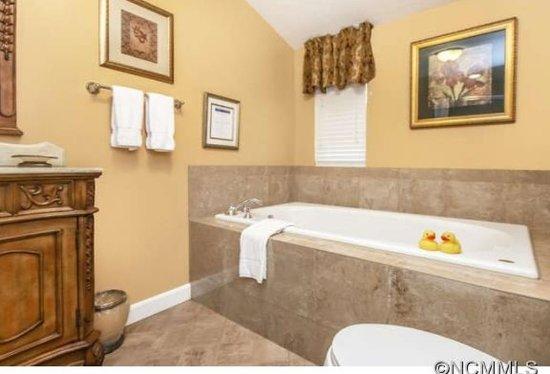 Waynesville, Carolina del Norte: Plantation Bathroom with Jacuzzi soaking tub for two