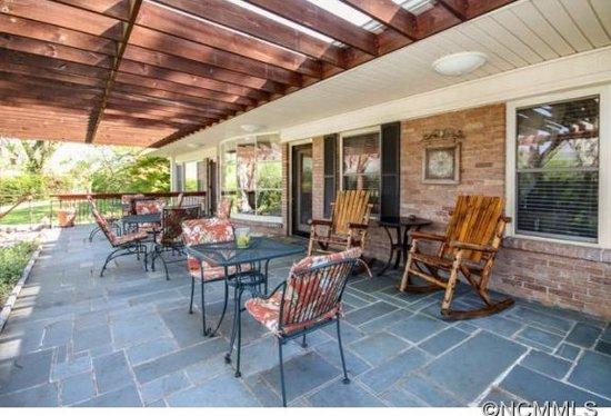 Waynesville, Carolina del Norte: Back patio overlooking Balsam Mountain Range