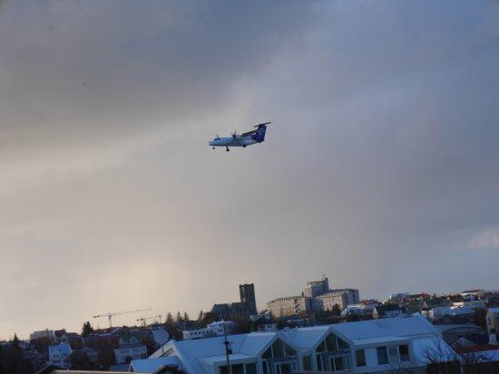 هوتل هولت: Over the city and planes landing