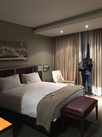 Holiday Inn Johannesburg-Rosebank: tenes enchufes USB al lado de la cama
