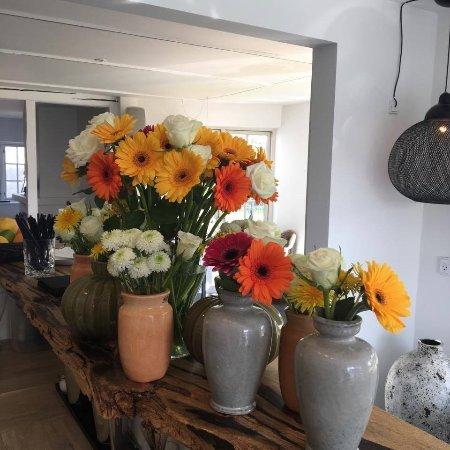 Samsoe, Danemark : Friske blomster i restauranten