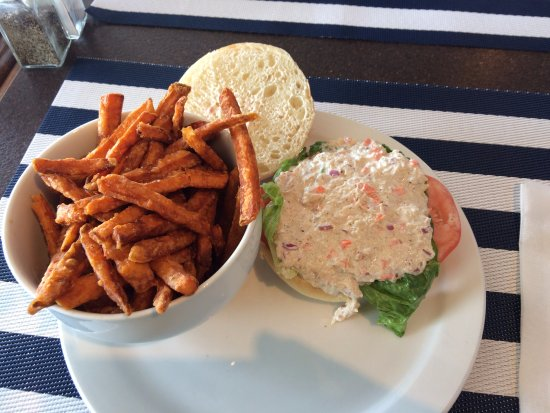 Kemptville, Canada: Fresh crabmeat sandwich, with lettuce & tomato