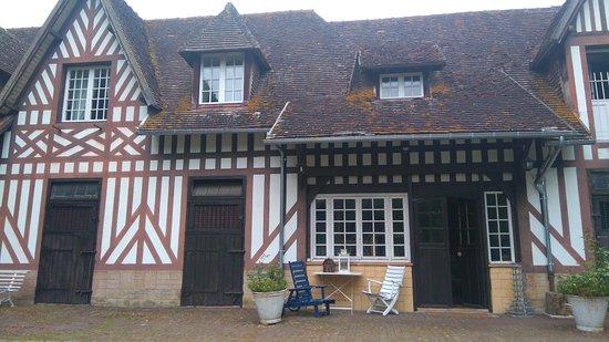 Surville, ฝรั่งเศส: vue des écuries aménagées en chambres d'hôtes