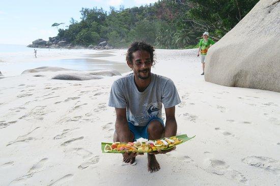 Praslin, Seychellen: Fruit seller on Anse Georgette