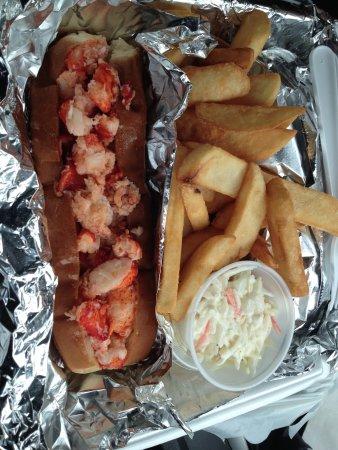 มิลฟอร์ด, คอนเน็กติกัต: Lobster roll platter w fries and coleslaw