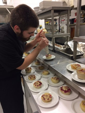 Kemptville, Canada: Chef Taylor working hard