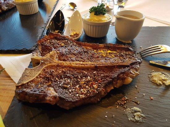Höfen, Österreich: T-Bone steak met veel vet en in eerste instantie 40 euro wat later 30 euro werd.