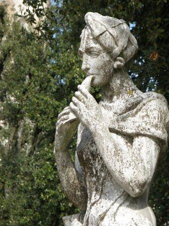 Giardini del Frontone : STATUA DI SCORCIO