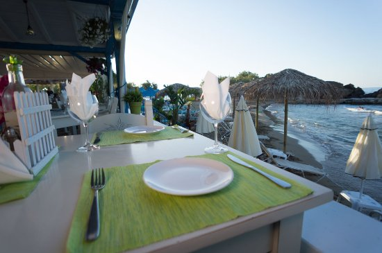 Almyrida, Greece: Ligo Krasi Ligo Thalassa - Table view