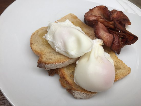 Frankston, Australia: Basic bacon and egg breaky