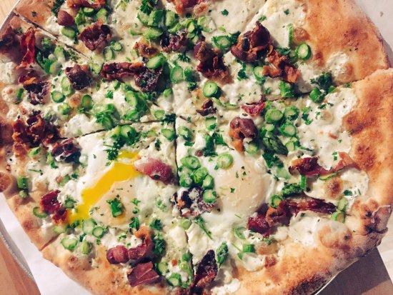 Tolland, كونيكتيكت: speck asparagus specialty pie, lemon, parsley, parm reggiano