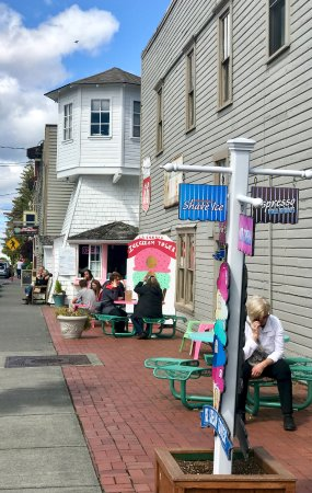La Conner, WA: Tables to enjoy your ice cream & snack