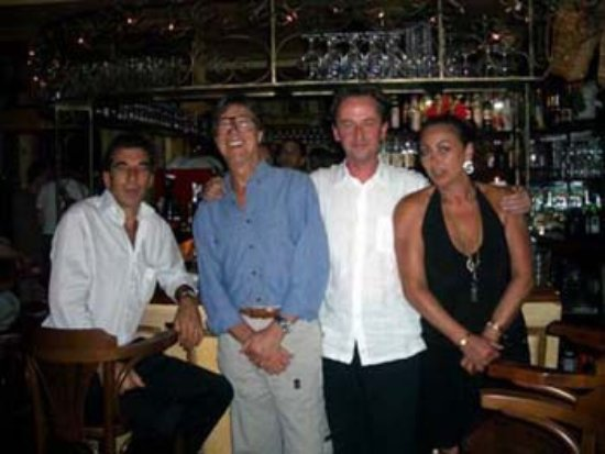 Le QuecumBar & Brasserie: 3 QuecumBar musician Patrons Hank Marvin Dave Kelbie and Angelo Debarre