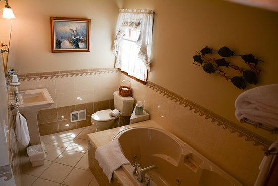 Forked River, NJ: Riverview Room bath
