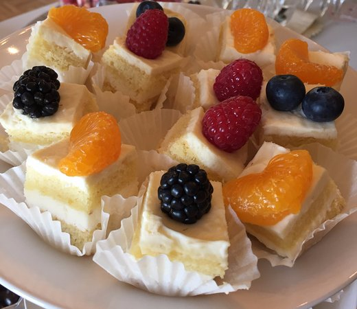 La Mesa, Kalifornien: Mini white cake with fresh whip cream and fruit toppings