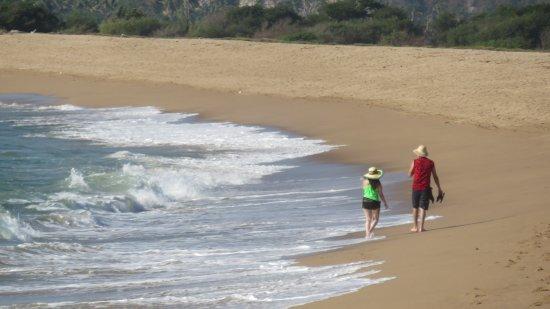 Costalegre, México: Pareja caminando por la playa en Barra de Navidad