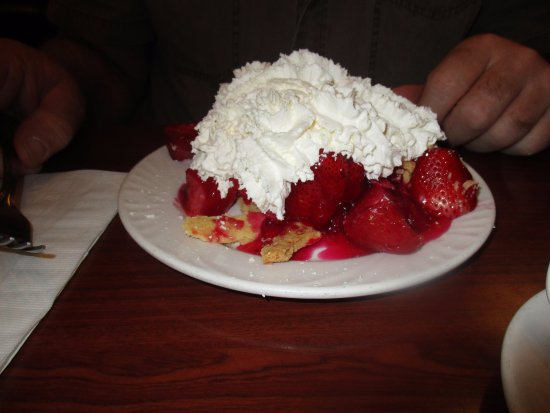 Oshawa, Kanada: Loads and loads of whipped cream with load and loads of strawberries.