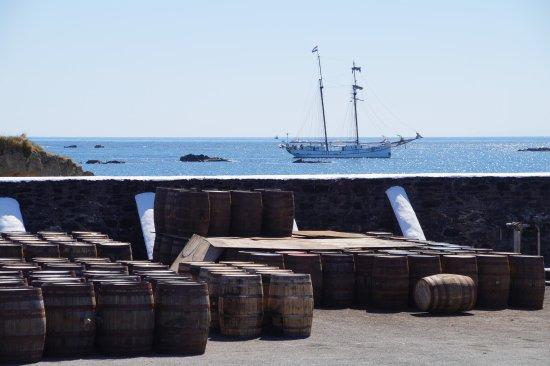 Port Ellen, UK: Vatenopslag met op de achtergrond de baai