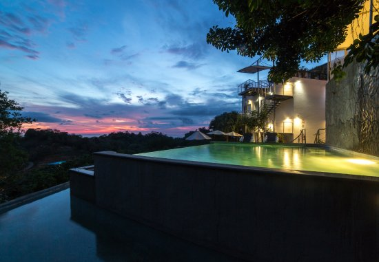 Gaia Hotel & Reserve: Sunset at Gaia´s 3-tiered infinity pool