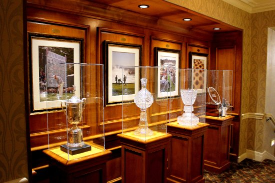 Pebble Beach, CA: Golf trophies on display in hall outside the restaurant.